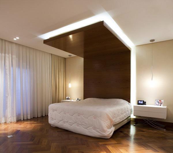 Trần thạch cao phòng ngủ kết hợp chất liệu gỗ, tưởng chừng sẽ khó lòng hòa hợp nhưng nếu nhìn thì ai cũng thấy sự kết hợp này rất sang trọng.