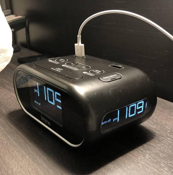 trang bị đồng hồ trong phòng khách sạn