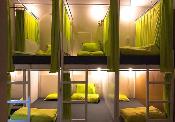 trang trí phòng ngủ homestay: Không cần quá cầu kỳ, chỉ cần sử dụng sắc vải rèm xanh chuối nổi bật, bắt mắt không gian phòng đã trở nên sinh động hẳn.