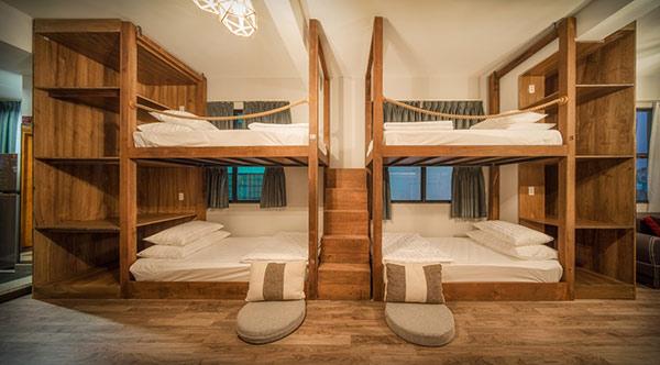 Giường gỗ chắc chắn với bậc thang lên xuống tiện ích, ngăn tủ đựng đồ tiện lợi. Màu gỗ hợp với màu sàn nhà đầy ấn tượng.