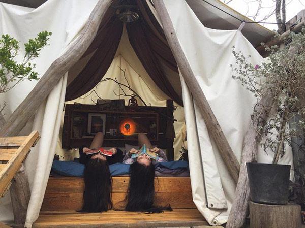 """Cùng cô bạn thân thực hiện tấm ảnh """"sống ảo"""" trong túp lều này thật thi vị và ý nghĩa."""