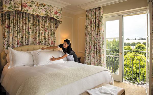 3 bí quyết vàng vệ sinh đệm khách sạn sạch chuẩn không cần chỉnh