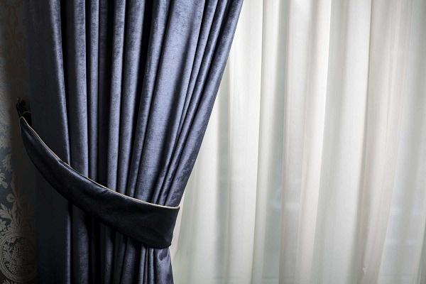 Những tấm rèm qua thời gian dài sử dụng sẽ bị bụi bẩn bám vào và trở nên ố màu