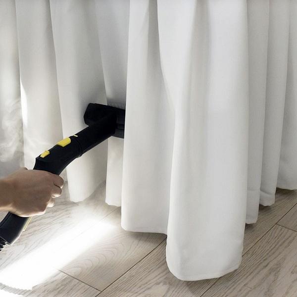 """Vệ sinh rèm cửa bằng máy là hơi nước là phương pháp thực sự """"tối ưu"""" nếu bạn không muốn tháo rèm ra"""