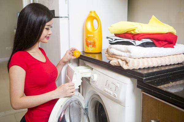 Cách đơn giản nhất chính là sử dụng máy giặt, nhưng cần chú ý cách giặt phù hợp