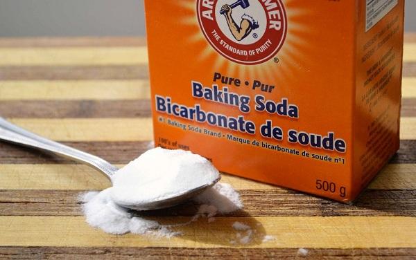 Sử dụng bột Baking Soda cũng là một phương pháp khá hiệu quả với khả năng tẩy rửa đáng kinh ngạc