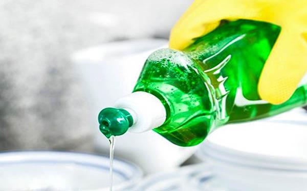 Nước rửa chén có thể được sử dụng để vệ sinh thùng rác