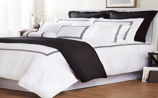 Sự kết hợp tông màu trắng đen tạo vẻ đẹp cá tính cho chiếc giường