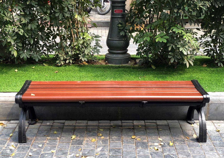 Ghế công viên bằng gỗ màu đỏ nâu gụ