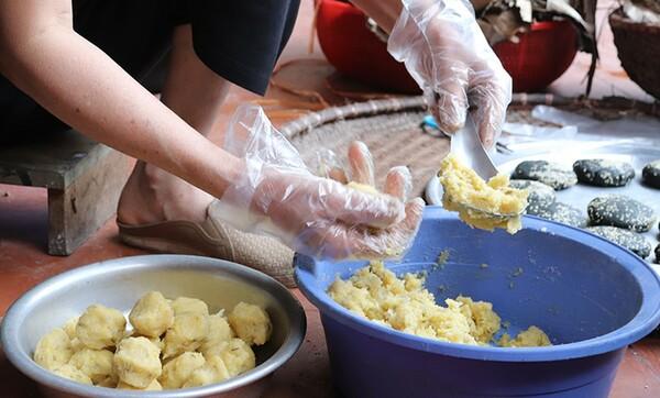 Bánh được gói lại với lớp nhân đậu xanh vàng ươm, thơm phức