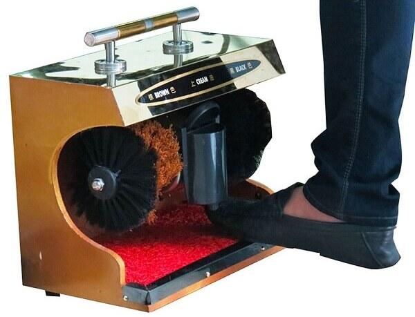 Sử dụng mẫu máy đánh giày tự động này khá đơn giản và dễ dàng, bạn chỉ cần đặt chân vào khu vực chứa các chổi này