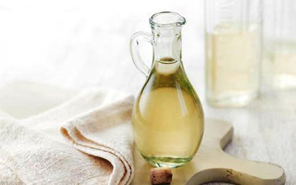 Giấm ăn chứa chất axit giúp làm trắng vết ố nhanh chóng