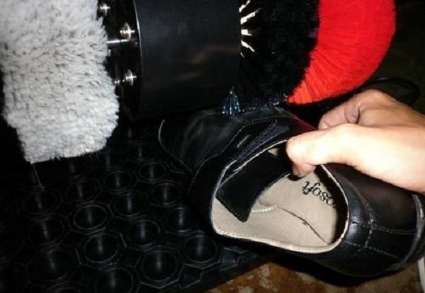 Chỉ cần nhẹ nhàng đặt giày vào hệ thống máy đánh giày, các chổi quét sẽ tự động thực hiện công việc của mình