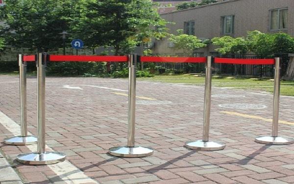 Cột chắn inox dây căng – Thiết bị phân làn lối đi khu vực công cộng
