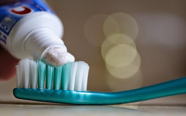 Khách hàng dùng bàn chải đánh răng khách sạn thường lo sợ điều gì?