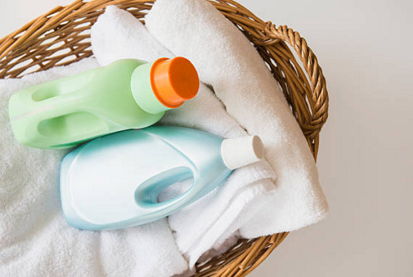 Hóa chất tẩy rửa mạnh làm sạch khăn nhưng không tốt cho làn da
