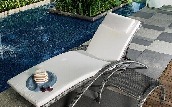 Hãy chú ý trong việc quyết định sử dụng gam màu tối hoặc sáng cho giường bể bơi của khách sạn