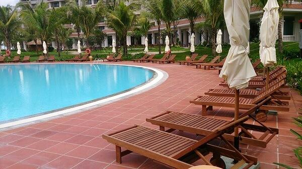 Loại ghế bể bơi này được tạo thành từ những thanh gỗ thẳng cứng cáp, chắc khỏe