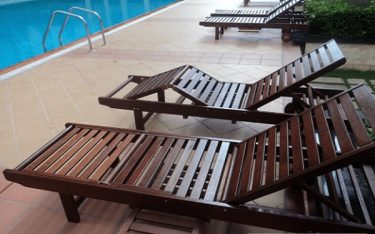 Ghế bể bơi gỗ có bền không? Mẫu giường hồ bơi bằng gỗ giá rẻ