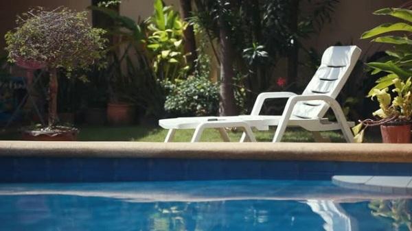 Bộ phận tay vịn cứng cáp được trang bị 2 bên ghế bể bơi đem lại sự tiện nghi và thư giãn cho người dùng