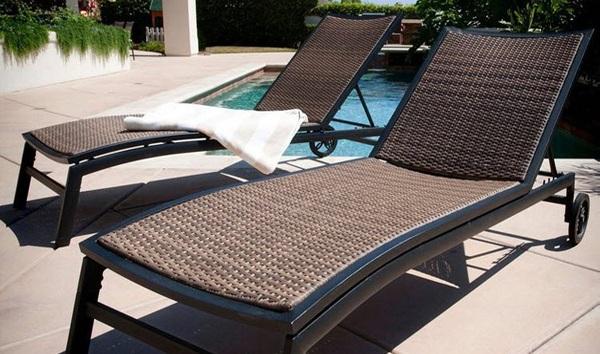 Gam màu tối trên các ghế bể bơi đem lại một không gian nổi bật hơn