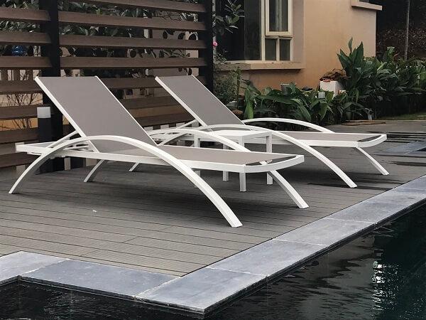 Đối lập với gam màu tối, các gam màu sáng của ghế bể bơi giúp không gian trở nên tinh tế và hiện đại