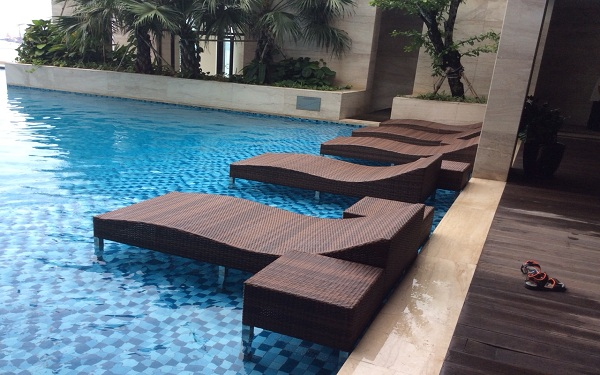 Mẫu giường bể bơi với thiết kế cứng cáp và chắc chắn hơn cũng không kém phần tinh tế, độc đáo