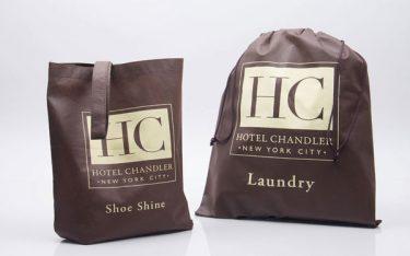 Khách sạn có bắt buộc phải in logo lên túi giặt là không?