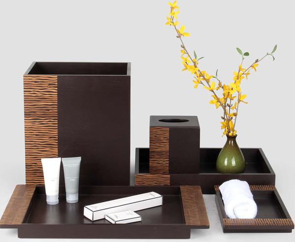 Khay amenities bằng gỗ có các vân gỗ đơn giản nhưng đẹp mắt một cách kỳ lạ