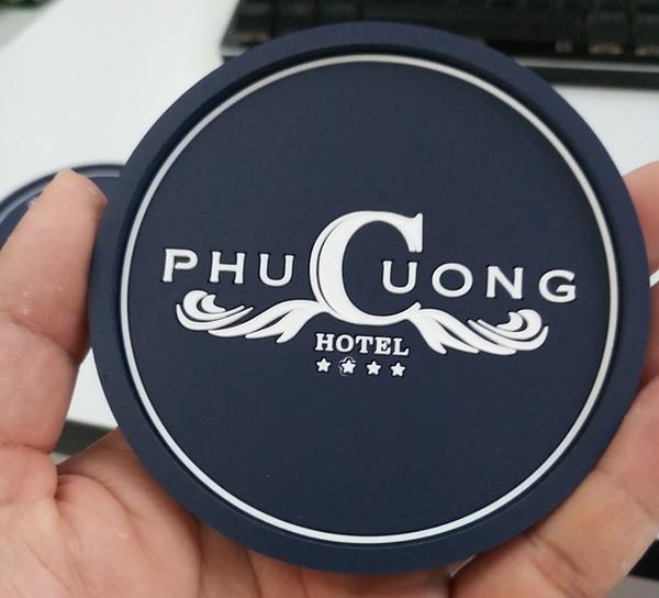 Lót ly của Phu Cuong Hotel chữ trắng trên nền đen nổi bật