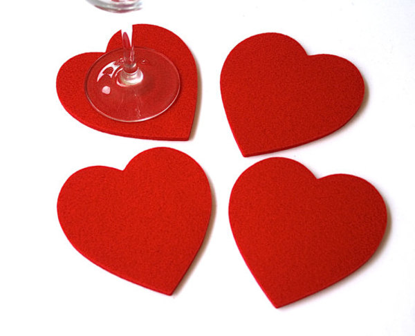 Lót ly hình trái tim làm từ vải nỉ đỏ tăng thêm sự lãng mạn cho không gian quán cà phê, nhà hàng