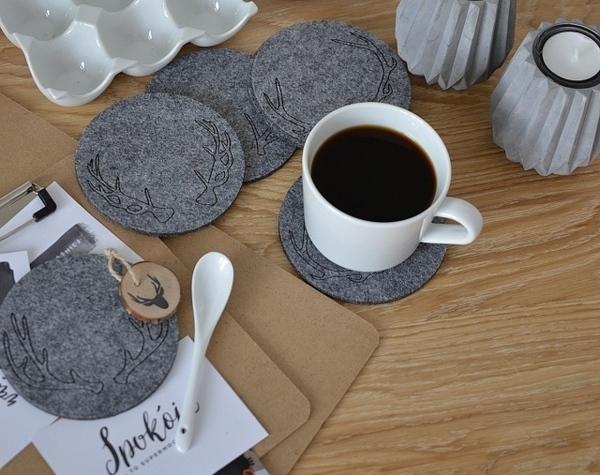 Với màu xám đậm, kiểu lót ly này toát lên sự sang trọng cho không gian quán cà phê