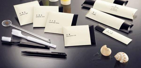 Mẫu bao bì amenities gói giấy, với hai màu tương phản trắng - đen tạo điểm nhấn