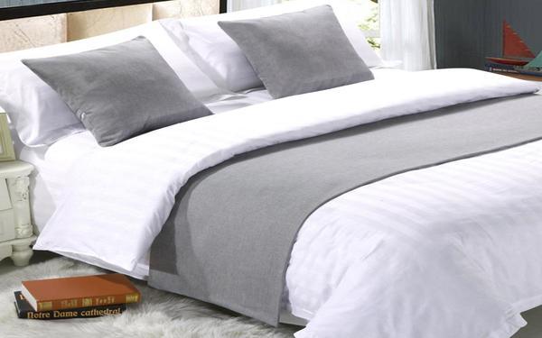Gam màu trắng xám tương phản tạo sự khác biệt cho ga giường