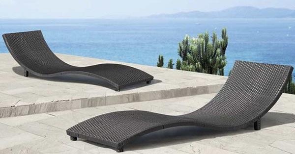 Với tone màu trầm, chiếc ghế thực sự trở nên nổi bật và thu hút hơn trong không gian bể bơi khách sạn