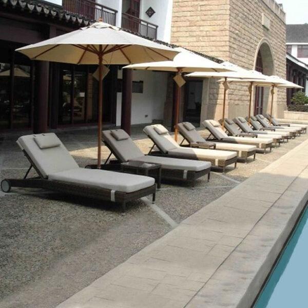 Ghế bể bơi có mái che này giúp cho không gian bể bơi của khách sạn trở nên nổi bật và cuốn hút hơn