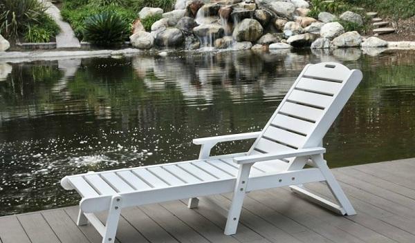 Ghế bể bơi tay vịn với chất liệu gỗ mang đến sự gần gũi, thân thiện với môi trường và thiên nhiên