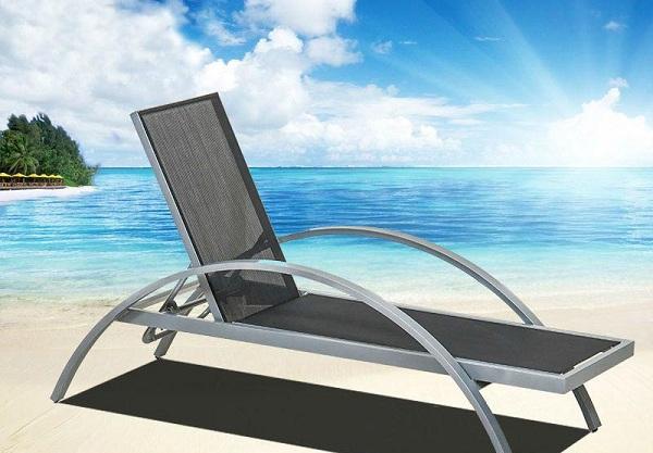 Với trang bị tay vịn được uốn cong hình bán nguyệt, mẫu ghế với tông màu xám này đang thu hút được sự chú ý của nhiều khách hàng