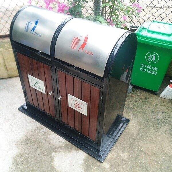 Chính nhờ những chiếc nắp tròn bằng inox, loại thùng rác này đảm bảo giữ được môi trường xung quanh luôn xanh - sạch - đẹp