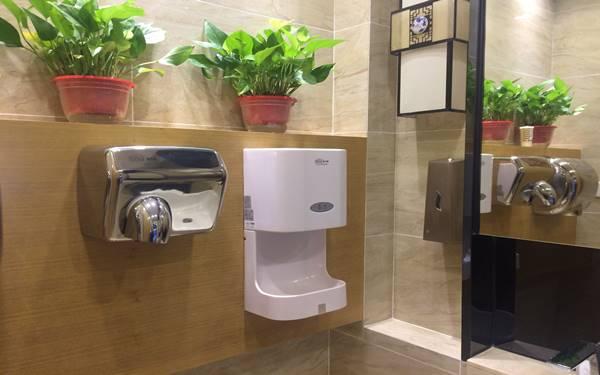 Nên lắp đặt máy sấy tay gắn tường hay máy sấy tay đứng tại khách sạn?