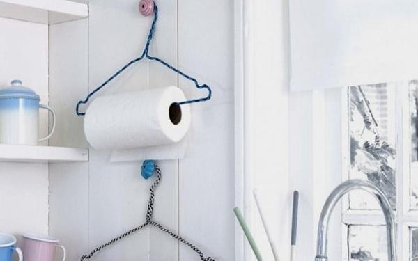 Cuộn giấy vệ sinh được treo gọn gàng với móc treo đồ