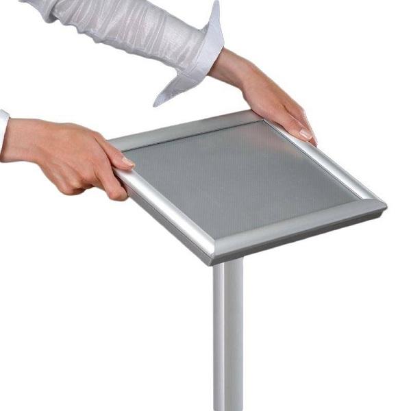 Mẫu bảng menu đứng với chất liệu inox cứng cáp đem lại cảm giác chắc chắn và sang trọng