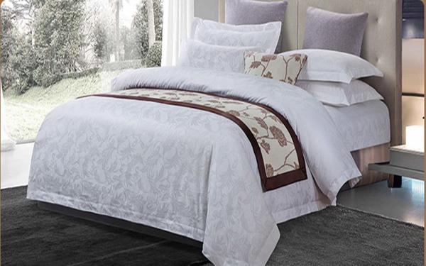 Drap gường khách sạn với họa tiết bông trên nền trắng