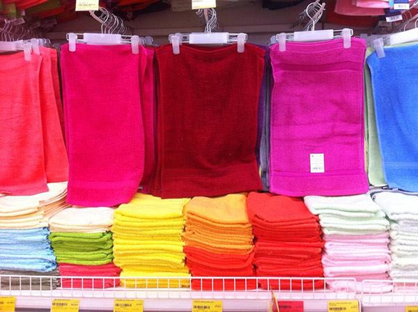 Khăn mặt giá rẻ dễ phai màu vì được nhuộm bằng hóa chất rẻ tiền