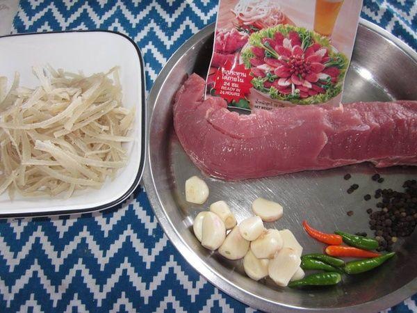 Chọn nguyên liệu phải tươi ngon, chọn thịt nạc vai để thịt mềm hơn, có lẫn chút mỡ để nem béo hơn