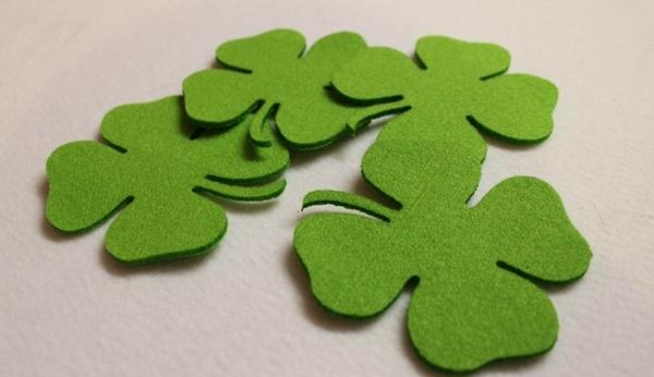 Lót ly cỏ bốn lá may mắn, màu xanh tươi khiến mọi khách hàng thích thú