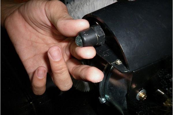 Nếu không cẩn thận trong quá trình sử dụng, viên bi và lò xo của máy đánh giày rất dễ dàng bị rớt ra ngoài dẫn đến việc không thể tiếp tục dùng