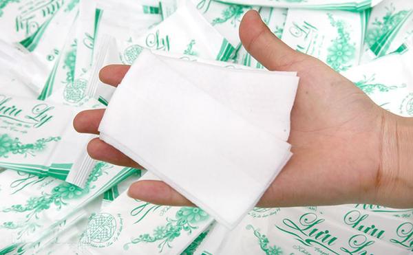 Với bao bì bắt mắt, khăn ướt còn giúp nhà hàng, khách sạn quảng cáo một cách hiệu quả