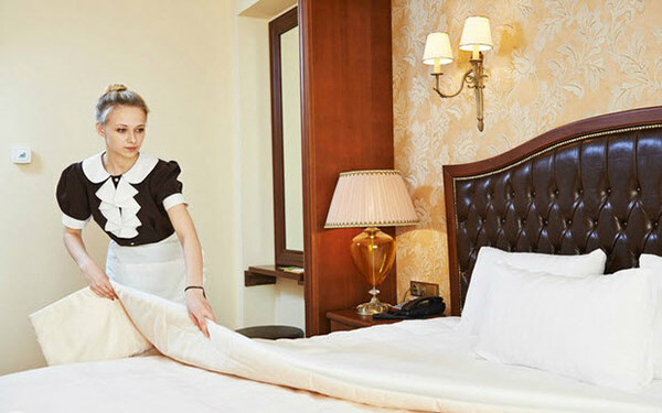 Thay ga trải giường là nhiệm vụ thường xuyên của nhân viên buồng phòng