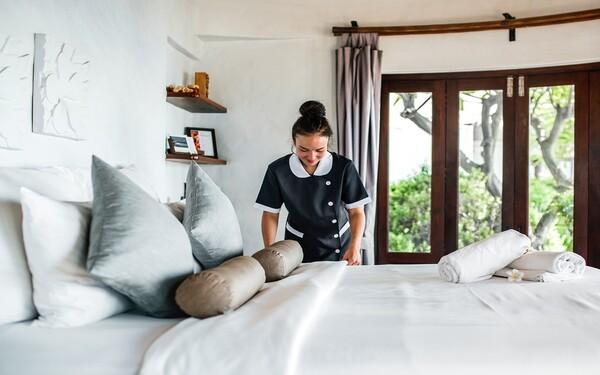 Cách trải ga giường khách sạn nhanh, tránh bị xô lệch